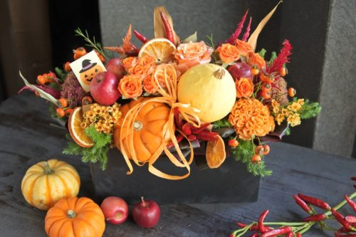 香り ギフトフラワー プレゼント カボチャ ハロウィン 秋アレンジ 旬のお花 ケイトウ オレンジ バラ 姫リンゴ オレンジスライス