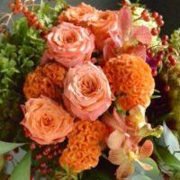 秋 フラワーアレンジ 実もの オレンジ バラ トウガラシ 野バラの実 アワ ケイトウ アナベル