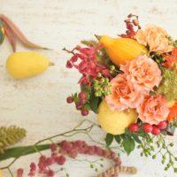 秋の実ものたわわ アレンジ 野ばらの実 トウガラシ 花ナス カボチャ ヒペリカム バラ ケイトウ