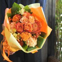 ラウンドブーケ 花束 送別 オレンジ色 秋色 旬の花 ハロウィン 紅葉 野ばらの実 コンパクト おすすめ 送別 男性 定年 上司 プレゼント