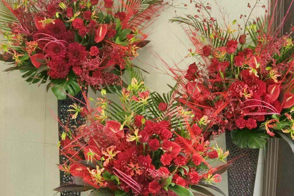 会場装飾 コンビネーションスタンド 秋の色合い 迫力のある装飾 フラワースタンド 舞台装花 バラ ダリア 純愛の君 赤色の花 鈴バラ 公演祝い アーティスト 情熱的 配達 大阪市 会場 ホール