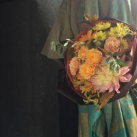 ラウンドブーケ ダリア バラ オレンジの花束 お誕生日 結婚祝い 送別会 お土産 秋のブーケ