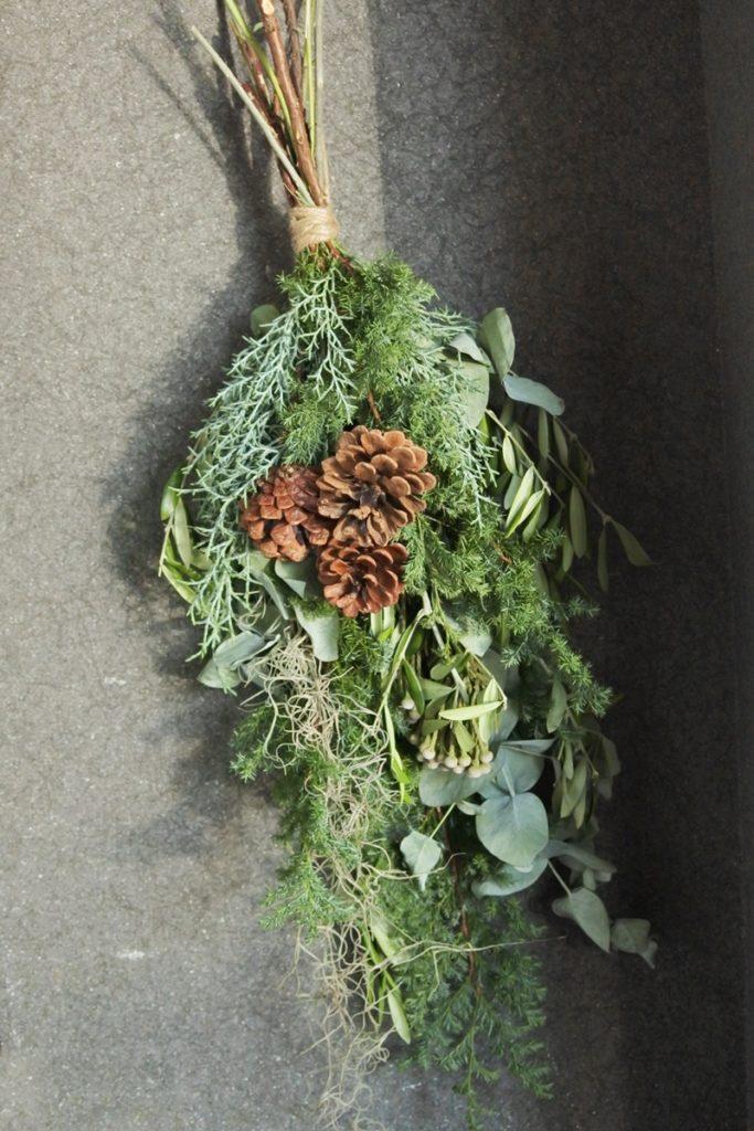 Xmas スワッグ 針葉樹 松かさ 松ぼっくり 薩摩杉 グリーンアイス オリーブ 飾り付け ドライフラワー 花材 12月 大阪市 花屋 配達
