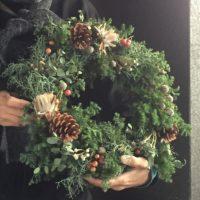 クリスマスリース 松ぼっくり サンキライ シルバーブルーニア ブルーアイス
