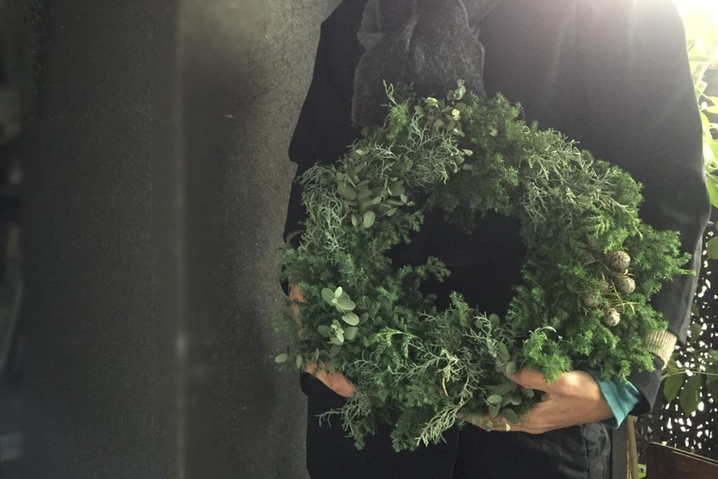 ゴールドのリボン クリスマスリース 松ぼっくり サンキライ シルバーブルーニア ブルーアイス