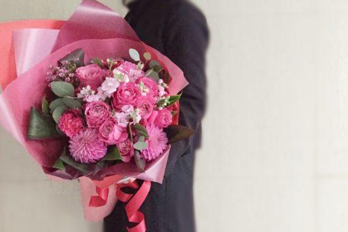 ラウンドブーケ 花束 お誕生日 送別会 コンパクト 持ち帰り袋 ピンク色 バラ オール4ラブ ラッピング デリバリー 配達 大阪市花屋 肥後橋花屋 予約 サプライズ ギフト