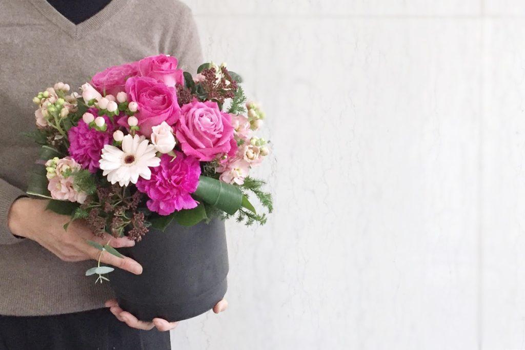 ドームアレンジメント お誕生日 ピンクのバラ コンパクトなアレンジ お祝い 大阪市配達 楽屋花