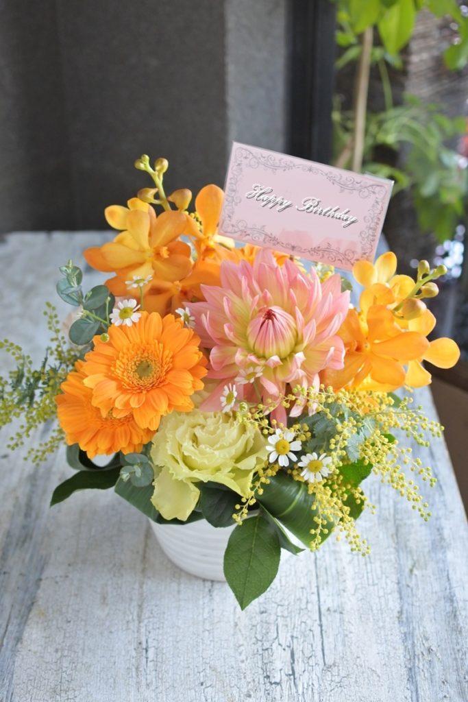 お誕生日 プレゼント お花の贈り物 ダリア ムーンワルツ 明るい色合い ミモザ ガーベラ モカラ ドームアレンジ 配達 大阪市北区 デリバリー お花のお届け