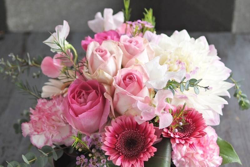 フラワーアレンジ 送別 ピンク色 春のお花 旬の花   コンパクト おすすめ 送別 女性 定年 上司 プレゼント お誕生日 配達