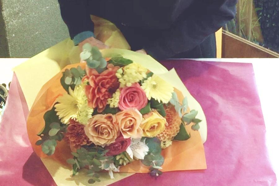ラウンドブーケ,春のお花,ダリアの花束,バラの花束,送別会,卒業式のお花,ブーケ,お花の配達,大阪市北区花屋,大阪市西区花屋,花配達無料,ナチュラルブーケ,会社の花,ビジネスフラワー,男性用花