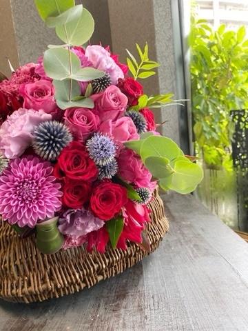 お誕生日のブーケ,ダリア,ルリタマアザミ,バラ,ラウンドブーケ,送別会のお花,女性に喜ばれるギフト