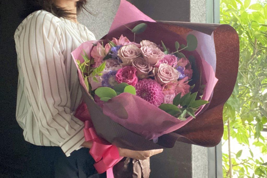 誕生日のブーケ,ラウンドタイプ,大人っぽい花束,奥様へプレゼント,女性に好まれる,バラ,ダリア,アンティークな色合い