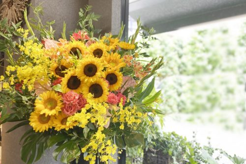 フラワースタンド,夏の花,ひまわり,バラ,アンスリューム,開店祝い,公演祝い,アーティスト,豪華なスタンド,ショップオープン