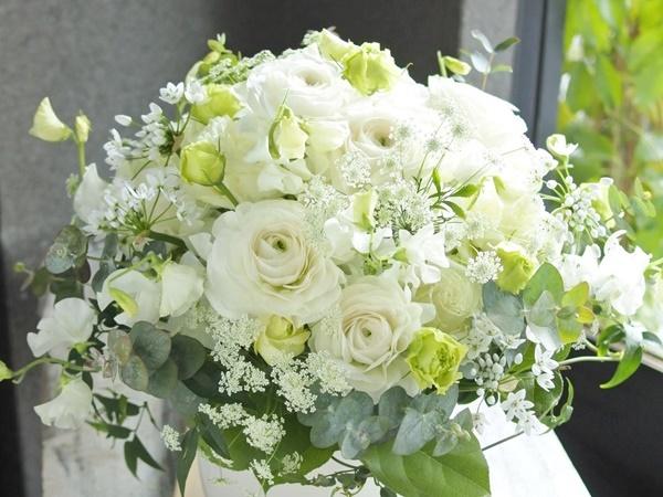 フラワーアレンジ,白のお花,ラナンキュラス,春のお花,旬の花,お祝いのお花,コンパクト,おすす,送別,女性プレゼント,定年,上司のお花,お誕生日配達,大阪市花屋,シックなアレンジメント