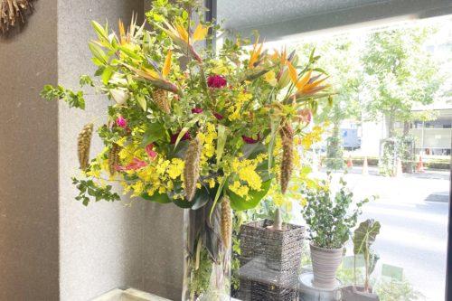 ガラス花器,夏のお花,お店のエントランス,生け込み,高級感のあるアレンジ,夏の装花,ストレチア,ケイトウ,アワ,ドウダンツツジ