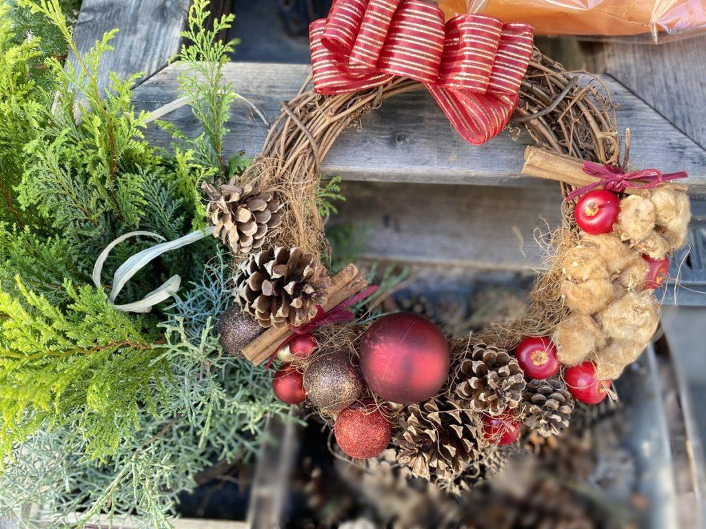 クリスマスリース,赤い実,ナチュラルリース,手作り,壁飾り,大阪市花屋,大阪市配達,グリュック,フローリスト,松ぼっくり,コットン,飾り付け,ガラスボール