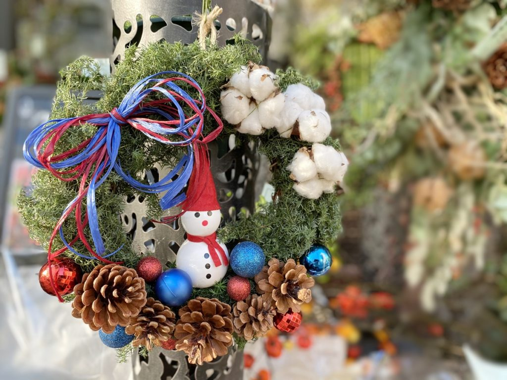 雪だるまリース,松ぼっくり,クリスマスリース,赤い実,ナチュラルリース,手作り,壁飾り,大阪市花屋,大阪市配達,グリュック,フローリスト