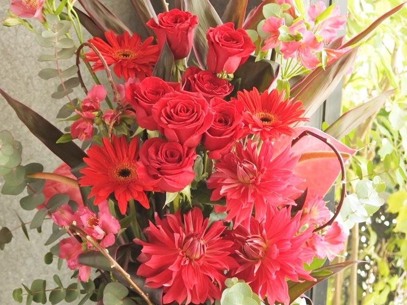 フラワーアレンジ,エステサロンお祝い,周年祝,大阪市配達,赤いお花,ダリア,ガーベラ,アルストロメリア,ユーカリ,トールアレンジ,ボリュームある花,開店祝い,大阪市西区配達