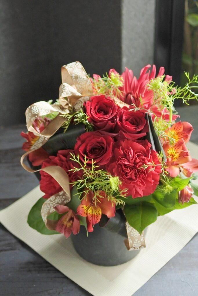 母の日のお花,母の日のフラワーアレンジ,エレガントなアレンジ,母の日ギフト,フレッシュアレンジ,シックなお花,お母さんが喜ぶ,カーネーションアレンジ,赤いお花のアレンジ,赤バラを使ったアレンジ,フラワーアレンジ