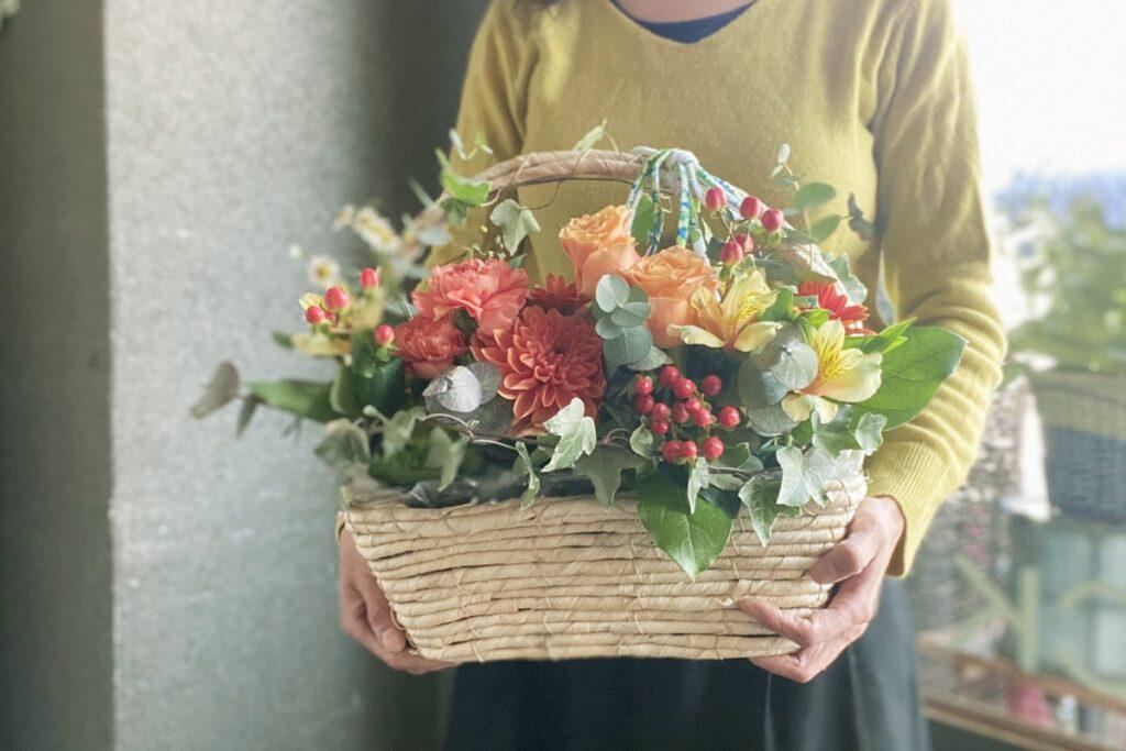 母の日のお花,母の日のフラワーアレンジ,バスケットアレンジ,母の日ギフト,フレッシュアレンジ,ナチュラルなお花,お母さんが喜ぶ,カーネーションアレンジ,赤いお花のアレンジ,赤バラを使ったアレンジ