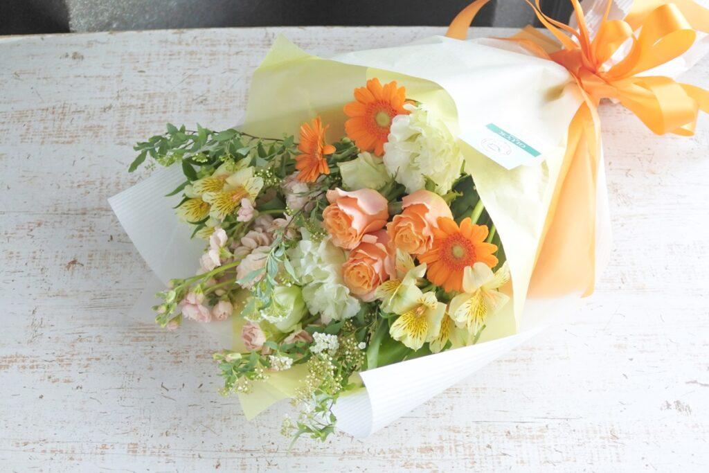 ロングブーケ,花束,送別用の花,男性用,華やかな花束,ビタミンカラーの花バラ,ガーベラ,ボリュームのいい花束,配達,大阪市配達,大阪市西区の花屋,花束配達