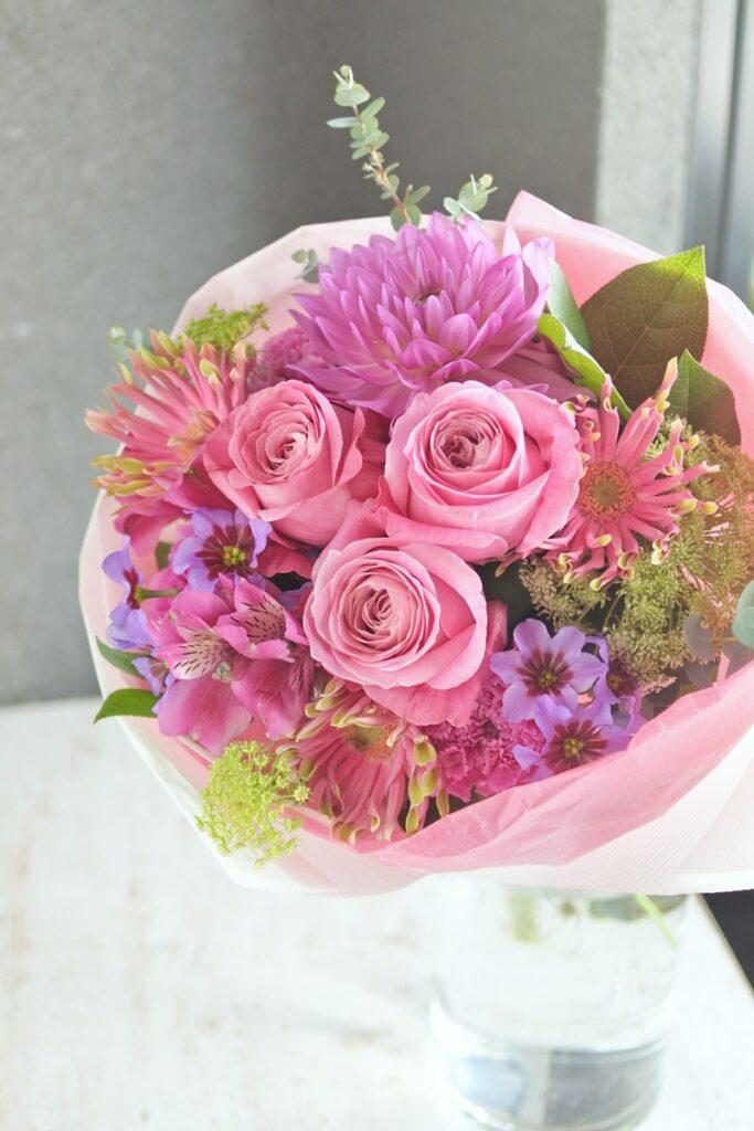 バラ,ラウンドブーケ,大人っぽい,歓送迎の花束,ブーケ,送別の花束,お誕生日プレゼント,大阪市,西区土佐堀,大阪の花屋,グリュック,配達,お花の宅配,ナチュラル,ピンクのブーケ,かわいらしい女性