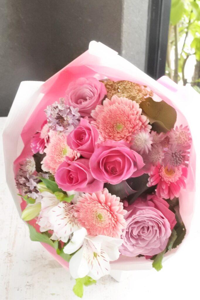 母の日のブーケ,かわいい花束,丸いブーケ,バラ,ラウンドブーケ,大人っぽい,歓送迎の花束,ブーケ,送別の花束,お誕生日プレゼント,大阪市,西区土佐堀,大阪の花屋,グリュック,配達,お花の宅配,ナチュラル,ピンクのブーケ,かわいらしい女性