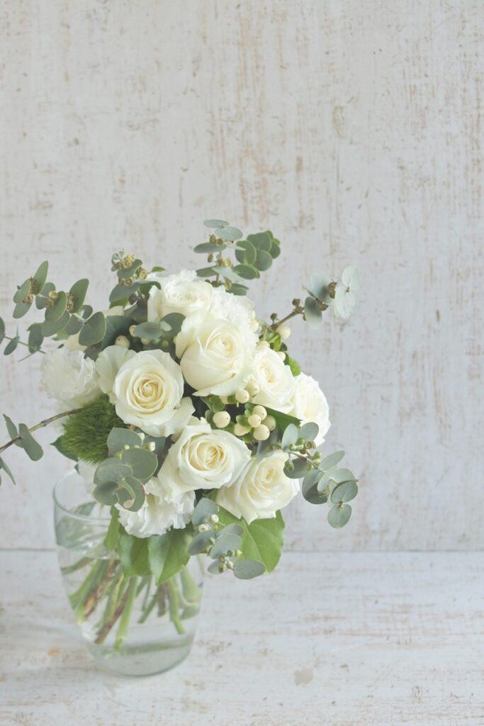 ユーカリのブーケ,夏のブーケ,さわやかグリーンブーケ,ギフトフラワー,フレッシュブーケジ,ナチュラルなお花,お中元ギフトフラワー,白いお花のブーケ,白バラを使ったアレンジ,大阪市花屋,大阪市西区,大阪市お花配達,グリュック,#グリュック,お誕生のお花,結婚祝い