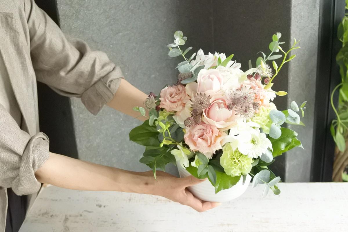 結婚記念日のお花,ピンクのバラのアレンジメント,結婚祝い,結婚記念日,男性が送る花,グリュック,お花の写真,大阪市花屋,大阪市西区花屋,写真撮影のコツ,お花の配達,gluckfloristik,グリュック,gluck